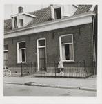 M 11701 Woning Binnenweg 28, begin juni 1963, toentertijd bewoond door het gezin De Vree te Kaat. De afgebeelde jongste ...