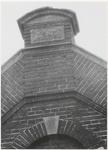 M 3564 Gevelsteen vooraanzicht Metaalwarenfabriek C. Kurz & Co . Een gevelsteen met het jaartal 1897 in het ...