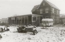 M 7165 Foto van de achterkant van het huis van K.N.O.-arts de Krijger aan de Binnenweg; vroeger stond hier de school ...