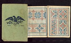 7493 Dit is een leporello gevouwen boekje met een groene kaft, waarin aan de ene zijde alfabetjes en cijferreeksen, aan ...