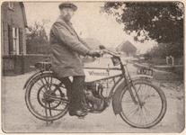 1 J.E. Schmitz arts te Aalst, Poederoijen, Rietschoof en Zuilichem op motor, merk Wanderer