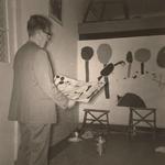 Lie 172 De heer Hatjema (?) bekijkt een kinderschildering