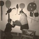 Lie 174 Jongen en meisje (beiden onbekend) schilderen een mol op de muur