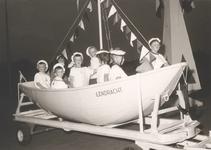 Lie 273 Optocht in teken van 1000 jaar Lienden. Kinderen als matrozen in reddingsboot De Eendracht