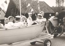 Lie 274 optocht in teken van 1000 jaar Lienden. Matrozenkinderen in reddingsboot.