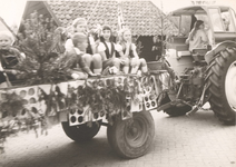Lie 275 Optocht in teken van 1000 jaar Lienden. Kinderwagen.