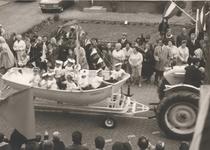 Lie 276 Optocht in teken van 1000 jaar Lienden. Kinderen verkleed als matrozen in reddingsboot De Eendracht .