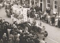 Lie 278 Optocht in teken van 1000 jaar Lienden. Kinderen in een smurfenwagen.