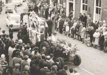 Lie 292 Optocht in teken van 1000 jaar Lienden. Orgelwagen van buurtvereniging De Lantaarn , Vogelenzangseweg.