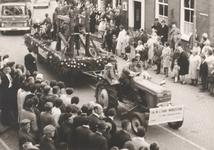 Lie 298 Optocht in teken van 1000 jaar Lienden. Ambachtenwagen: De oude Smidse, door buurtvereniging Oudsmidsestraat - ...