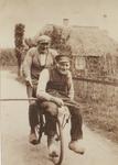 Lie 33 Terug van het Land Op de fiets P.J.G.W. Stam van het Marktplein met op de bagagedrager zijn schoonvader Dirk ...