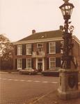 Lie 399 Gemeentehuis met op voorgrond de herinneringszuil