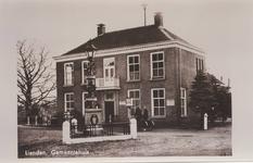 Lie 402 Voormalig gemeentehuis van de gemeente Lienden, in 1929 aangekocht van de familie Verbrugh. Op de voorgrond de ...