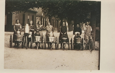 Lie 404 Melkmeisjes poseren met fiets en melkkar voor de fotograaf voor de melkgang naar de MarschV.l.n.r. Zus Koeman, ...