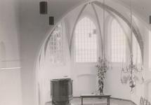 Lie 409 Interieur (voor) van de N.H. Sint Lambertuskerk met o.a. preekstoel en hangende luchters