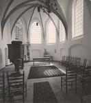 Lie 410 Interieur rinchting koor van de N.H. Sint Lambertuskerk met preekstoel en doopvont