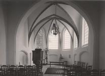 Lie 411 Interieur richting koorzijde van de n.h.-St. Lambertuskerk met preekstoel, doopvont en kroonluchters