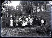 33 Groepsfoto van jongens en meisjes staande in de buurt van het fabriekslaantje bij de Havendijk