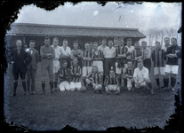 36 Groepsfoto van het elftal van de voetbalclub Theole op het clubterrein in Drumpt