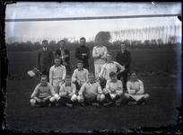 42 Elftalfoto van de voetbalclub Voorwaarts (?) op vermoedelijk het terrein bij de Waalkade