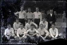 45 Elftalfoto van de voetbalclub Voorwaarts (?) op het terrein aan de Waalkade (?)