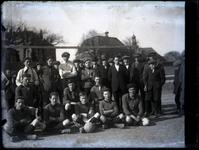49 Groepsfoto van voetbalclub Voorwaarts (?) op het terrein aan de Waalkade