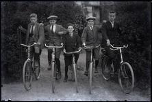 50 Vijf jongens op de fiets poseren