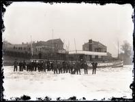 51 Gezicht op een vastgevroren pakketbooot, gelegen voor restaurant Waalzicht en Bellevue aan de Ophemertsdijk, met ...