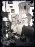 53 Foto van de 94-jarige Ophemertse tweeling Petronella en Aaltje van Mil , gezeten naast een kachel. Aaltjes is ...