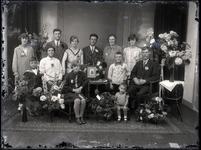 55 Groepsfoto van een familie t.g.v. een huwelijksjubileum (?)