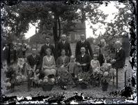 56 Groepsfoto van een familie in een tuin t.g.v. een huwelijksjubileum (?)