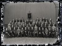 59 Groepsfoto van de leden van het Tiels Mannenkoor in de muziektent van het Spaarbankgebouw, opname t.g.v. het ...