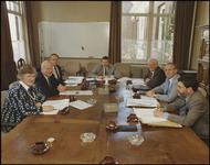 75 Een groepsportret van het gemeentebestuur van Tiel. Op de foto van links naar rechts: L.M. Wapenaar-Zuur ...