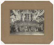 78 Een groepsportret van het personeel van de Jamfabriek de Betuwe, ter gelegenheid van het 25-jarig jubileum van de ...