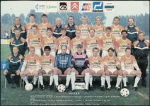 81 Een groepsportret van het eerste elftal van de voetbalclub T.E.C. Boven de voetballers zijn de sponsoren aangegeven, ...