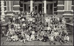 204 Een groepsfoto met kinderen gefotografeerd in het kader van de jeugdtandverzorging in Tiel. De opname is gemaakt ...
