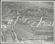 300 Een luchtfoto gemaakt vanuit het westen met de Papesteeg en de Prinses Beatrixlaan. Onderaan de foto Verdugt en ...