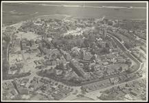 364 Een luchtfoto van de Tielse binnenstad, gemaakt vlak na de Tweede Wereldoorlog. Op veel plaatsen in de stad zijn de ...