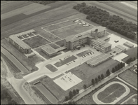 368 Een luchtfoto van het nieuwe Bethesdaziekenhuis in Drumpt, met rechtsonder de paardenbaan aan de Burgemeester ...