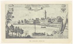 521 Een stadsprofiel van Tiel vanaf de Waalzijde. Op de Waal varen enkele bootjes en een trekschuit. Links- en ...