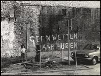 580 Een aanzicht van een parkeerplaats nabij de Kerkstraat in Tiel. Op de foto enkele spelende kinderen voor een oude ...