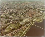 608 Een luchtfoto van Tiel gezien vanuit het zuidwesten. Onder in de foto het café van Ton op de Dijk (Belvèdére) bij ...