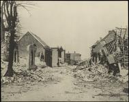 845 Een ruïnefoto van Ammerzoden gemaakt vlak na de Tweede Wereldoorlog. De opname is gemaakt in de Voorstraat