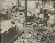 846 Een ruïnefoto van een fabrieksinterieur gemaakt vlak na de Tweede Wereldoorlog. Mogelijk een fabriek waar armaturen ...