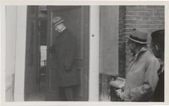 M 11577 Voor de laatste keer wordt de deur gesloten van het HBS-gebouw aan het Sint-Walburg in 1930 door de directeur ...