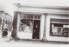 M 11823 De noodwinkel van de drukkerij Sint-Maarten aan het Korenbeursplein