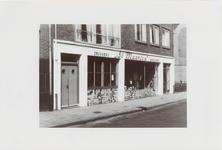 M 11824 De drukkerij Sint-Maarten aan de Damstraat. De ondergevel is versierd met een tegelmozaïek dat ontworpen is ...