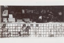 M 11826 De drukkerij Sint-Maarten aan de Damstraat. De ondergevel is versierd met een tegeltableau dat ontworpen en ...