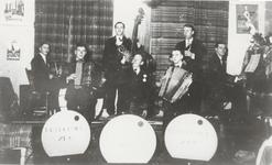 M 11858 Muziekband De Vrolijke Zes met Van den Heuvel, Bart Schreuder en Lien van de Berg