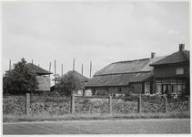 M 11922 Een boerderij in Ommeren met aan de achterzijde twee bergen voor de opslag van koren